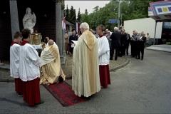 Nederland, Nunhem, 13 mei 2007. Tijdens de jaarlijkse Sint Servatius processie in het Limburgse Nunhem, houdt de stoet halt bij een gebedsplaats waar de pastoors een kleine eredienst houden, onder het gezang van een koor. Foto Roel Visser/ Hollandse Hoogte.