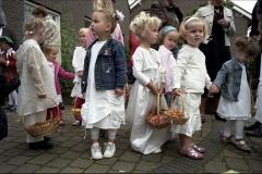 Nederland, Nunhem, 13 mei 2007. Kinderen met bloemenmandjes wachten in het Limburgse dorp Nunhem op het begin van de jaarlijkse Sint Servatius processie. Tijdens de tocht gooien de kinderen bloemen op de route. Foto Roel Visser/ Hollandse Hoogte.